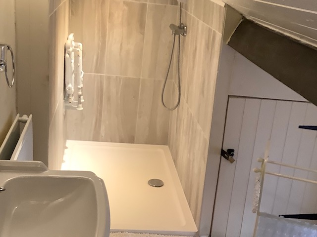En-suite walk-in shower at Innkeepers Cottage